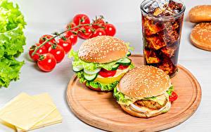 Фото Гамбургер Томаты Сыры Напиток Кока-кола Разделочной доске Стакане