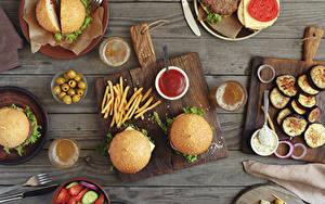 Картинки Гамбургер Овощи Оливки Булочки Картофель фри Пиво Быстрое питание Доски Разделочная доска Кетчуп Стакане Пища