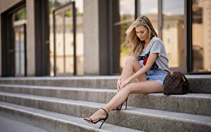 Картинка Сумка Боке Лестницы Сидящие Ног Красивая Блондинки