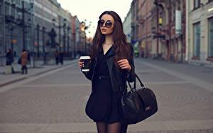 Картинки Сумка Напиток Шатенка Очках Стакана девушка