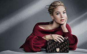 Обои Сумка Jennifer Lawrence Dior Свитер Взгляд Руки Модель Знаменитости Девушки