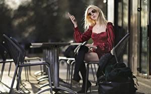 Фотографии Сумка Стола Стулья Блондинок Очки Платье Сидящие Ноги Сапог молодая женщина