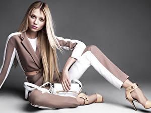 Фото Сумка Блондинки Фотомодель Туфель Ноги Сидя Позирует Vika Falileeva молодые женщины
