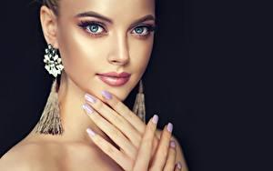 Обои Руки Маникюра Косметика на лице Лицо Серьги На черном фоне девушка