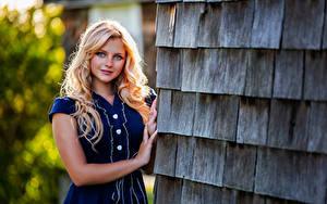 Картинки Блондинка Улыбка Рука Смотрят Красивый Hannah