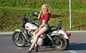 Обои Harley-Davidson Блондинок Шортах Ног Туфли молодые женщины