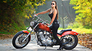 Картинка Harley-Davidson Сбоку Размытый фон Шатенка Очки Рука мотоцикл Девушки