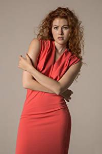 Фото Heidi Romanova Кудри Позирует Руки Платье Смотрит молодые женщины