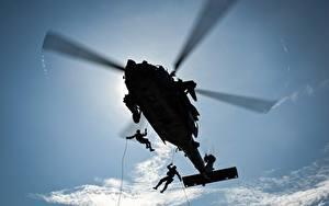 Обои для рабочего стола Вертолеты Десантники Силуэт Вид снизу Авиация Армия
