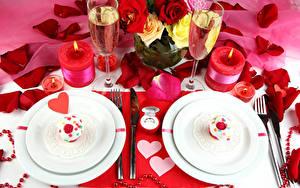 Картинка Праздники Пирожное Шампанское Розы Свечи Тарелка Сердце Бокалы Лепестки Продукты питания Цветы