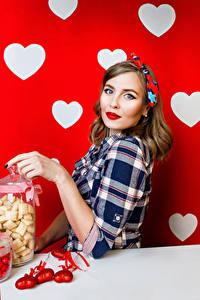 Фото Праздники Конфеты Шатенки Сердечко Взгляд молодая женщина
