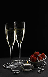 Фотография Праздники Игристое вино Свечи Клубника Бокалы Еда