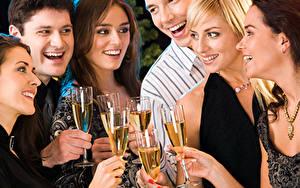 Картинка Праздники Шампанское Мужчины Смех Бокалы Блондинка Радость