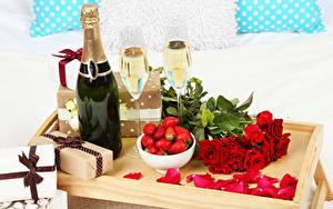 Картинка Праздники Игристое вино Клубника Розы Бутылка Подарки Бокалы Красный Лепестки Пища Цветы