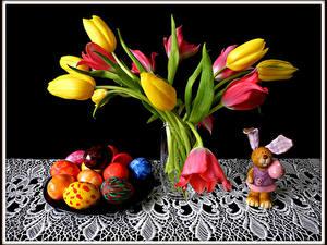 Картинка Праздники Пасха Тюльпаны Кролики Черный фон Яиц Вазе Цветы