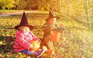 Картинка Праздники Хэллоуин Тыква Вдвоем Мальчишка Девочка Шляпа Сидит Дети
