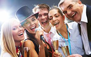 Фотографии Праздники Мужчины Блондинка Шляпа Микрофон Смех Бокалы Девушки