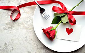 Обои Праздники Розы Тарелка Красный Сердечко Ленточка Цветы