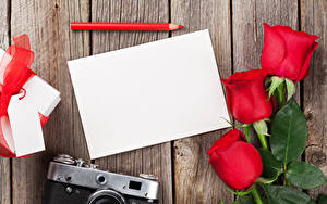 Обои Праздники Розы Доски Шаблон поздравительной открытки Лист бумаги Трое 3 Карандаши Цветы