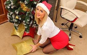 Фото Holly Eriksson Новый год Блондинка Шапка Смотрит Улыбается девушка