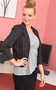 Картинки Holly Eriksson Секретарша Блондинки Смотрит Улыбается Рука девушка