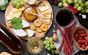 Обои Мед Сыры Вино Виноград Колбаса Разделочная доска Нарезанные продукты Бутылка Пища