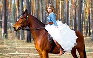 Фотография Лошадь Шатенка Невесты Взгляд молодые женщины