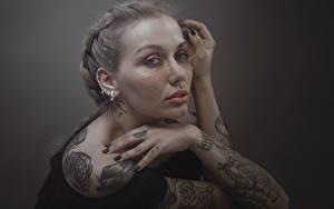 Обои для рабочего стола Руки Татуировки Смотрят Русые Hosein Shirvani молодая женщина