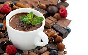 Картинка Горячий шоколад Шоколад Орехи Малина Белый фон Чашке Еда