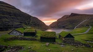 Обои для рабочего стола Здания Горы Поселок Краши Траве Залива Faroe Islands, Saksun, Kingdom of Denmark Природа