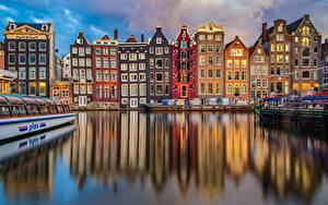 Картинки Здания Речные суда Амстердам Голландия Водный канал Отражении город