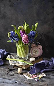 Картинки Гиацинты Натюрморт Будильник Доски Макарон цветок