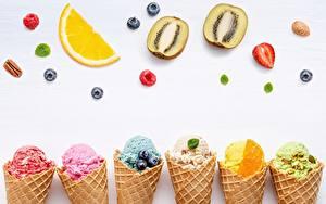Фотография Мороженое Фрукты Сером фоне Вафельный рожок
