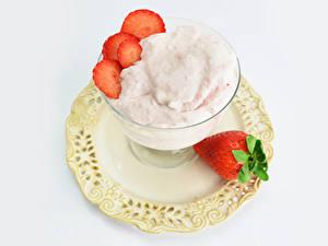 Фотографии Мороженое Клубника Белом фоне Тарелке Пища