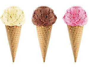 Картинки Мороженое Белым фоном Трое 3 Вафельный рожок Разноцветные Продукты питания