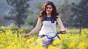 Картинка Индийские Шатенки Руки Велосипеды Rashi Khanna Знаменитости Девушки