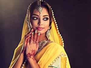 Фотография Индийские Украина Красивые Рука Мейкап Серьги Sofia Zhuravets молодая женщина