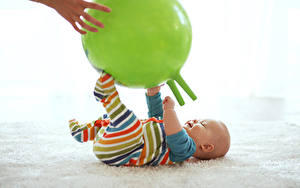Обои для рабочего стола Младенца Мяч Руки ребёнок