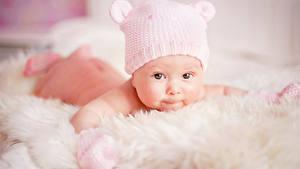 Фото Младенцы Девочка Шапка Смотрят ребёнок