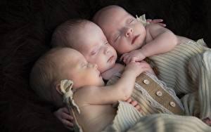 Картинки Грудной ребёнок Спящий Втроем Рука ребёнок
