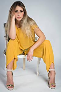 Картинки Модель Стулья Сидя Руки Взгляд Irene Девушки
