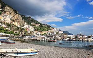 Обои Италия Амальфи Здания Берег Пирсы Лодки город