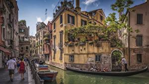 Картинка Италия Дома Причалы Лодки Венеция Водный канал Улица
