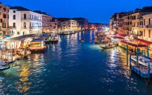 Обои Италия Здания Пирсы Вечер Речные суда Венеция Водный канал Уличные фонари Grand Canal in Twilight