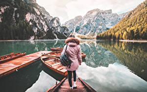 Картинки Италия Причалы Лодки Озеро Горы Сумка Куртка Турист Lake Braies молодые женщины