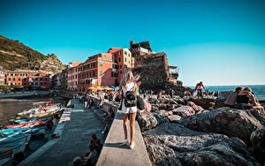 Картинки Италия Пристань Лодки Камни Лигурия Блондинок Сзади Рюкзак Турист Vernazza город