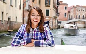 Фотографии Италия Катера Шатенки Рубашка Смотрят Рука Улыбка Боке Венеция Водный канал девушка