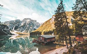 Картинки Италия Гора Озеро Дерево Braies Lake, South Tyrol Природа