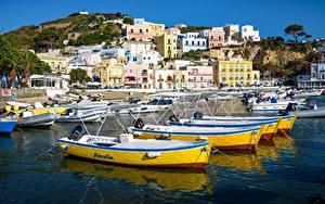 Картинка Италия Гора Пирсы Здания Лодки Ponza