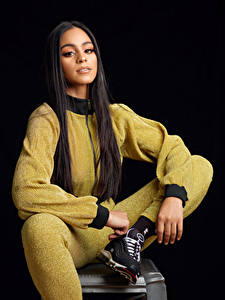 Фотография Брюнетка Сидящие Волос Взгляд Кроссовках На черном фоне Jaenele молодые женщины